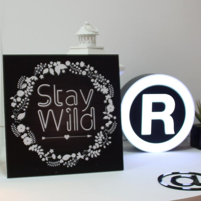 "Cartel madera ""Stay Wild"" decorando"