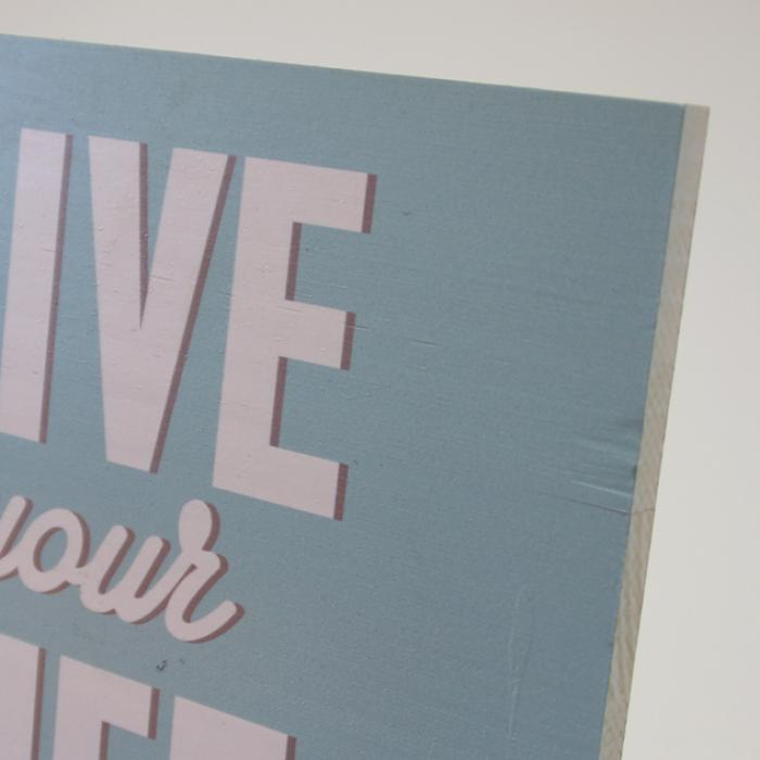 "Cartel madera ""Life your life"" detalle"