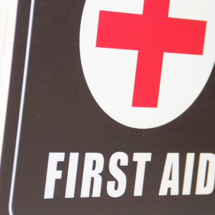 "Cartel madera ""First aid"" detalle"