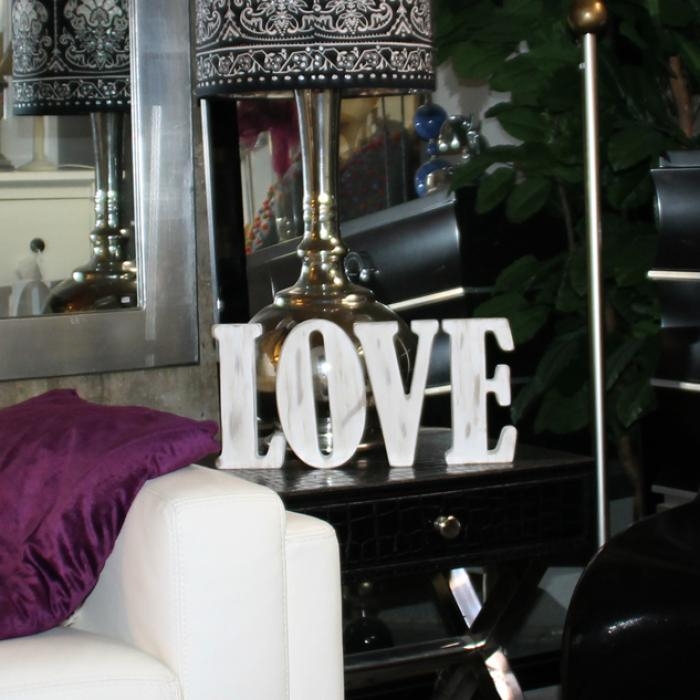 "Letras ""LOVE"" vintage decorando"