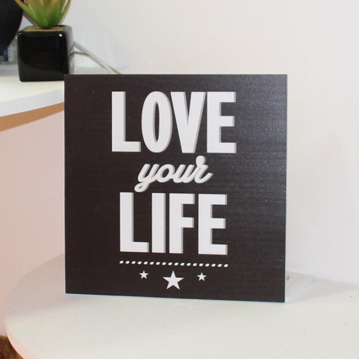 "Cartel madera ""Love your life"" decorando"